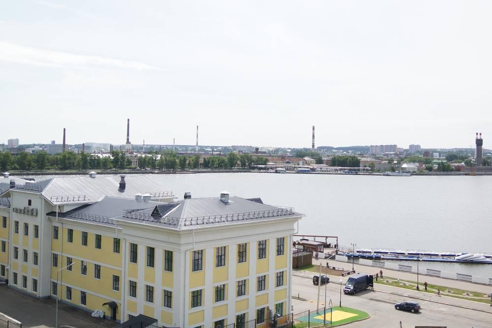 Вид на пруд, за ним — Ленинский район Ижевска