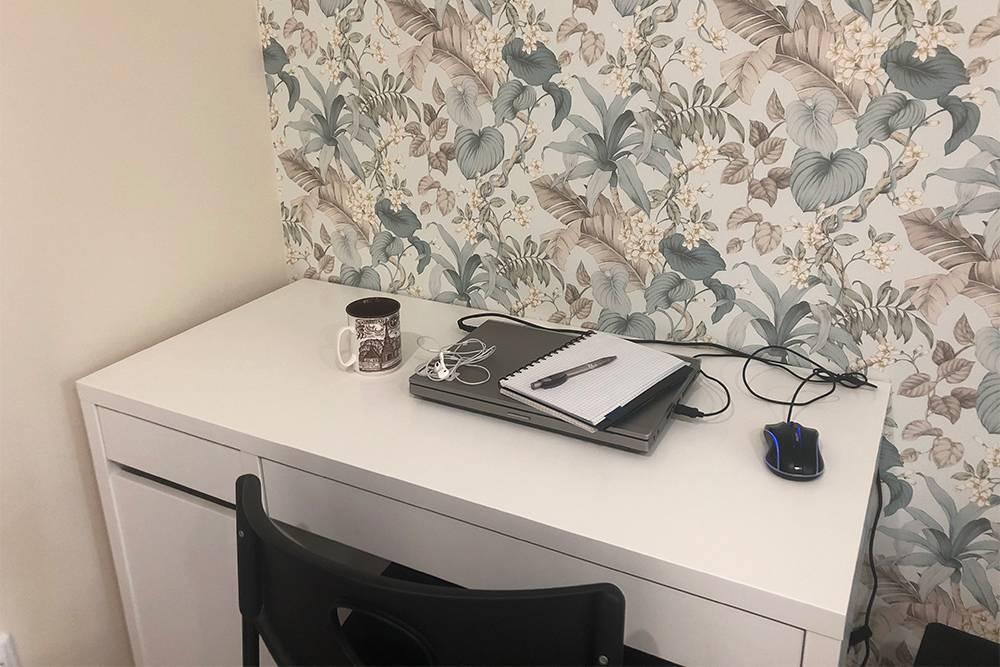 Мое домашнее рабочее место. Выглядит пусто: мы совсем недавно купили стол, а весь хлам лежит в ящиках и его не видно. К томуже я часто работаю в разных местах с ноутбуком — могу сидеть на кухне или лежать в кровати