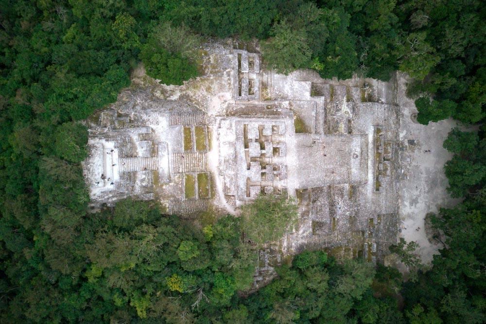 Использовать дроны на территории парка запрещено, но мы не удержались. Вид сверху на пирамиду «Структура-2». Маленькие точки — это люди