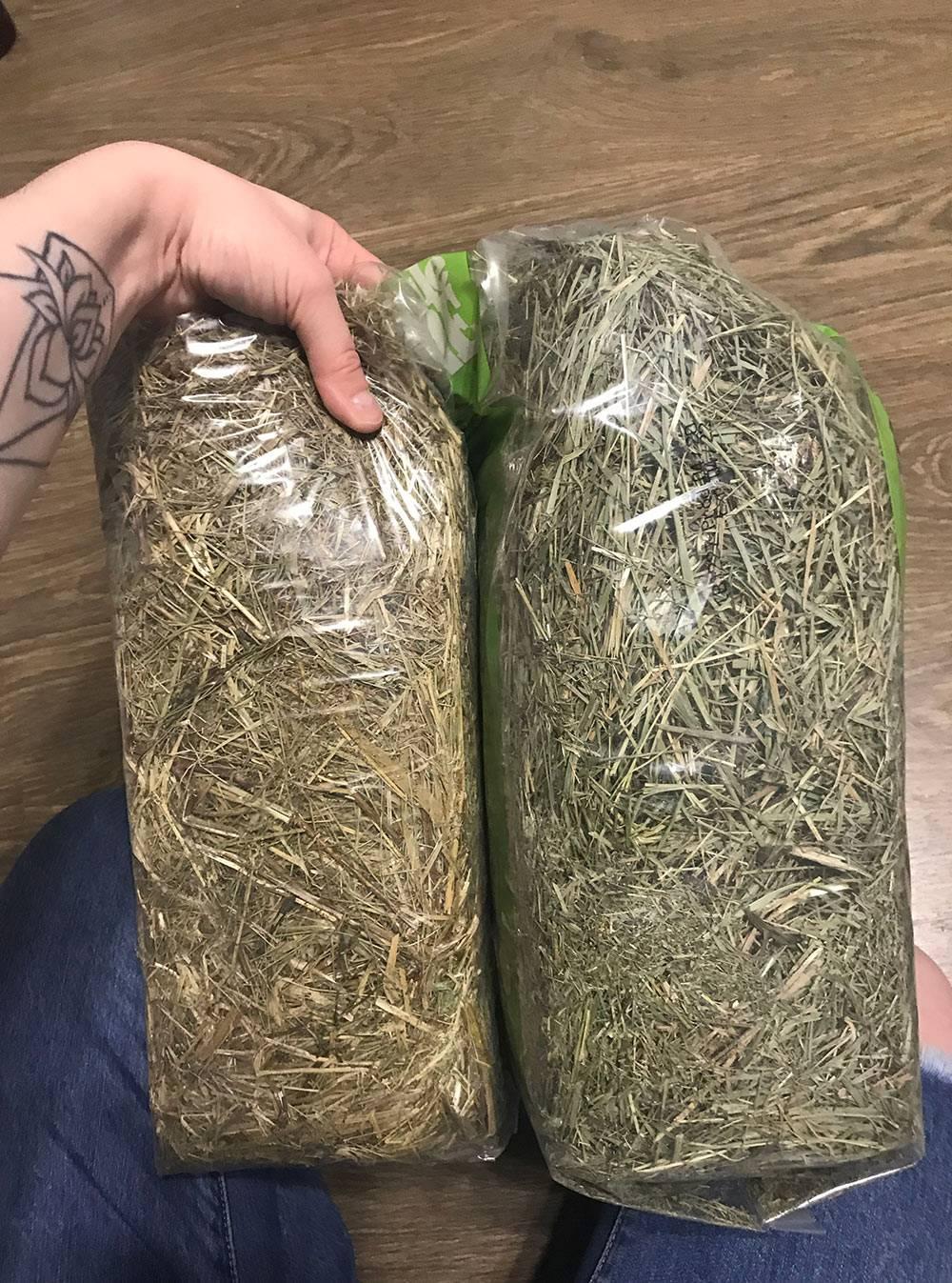 Вот две разные упаковки сена. Слева — «Виталайн», справа — «Литл Ван». «Виталайн» моей свинке неподошел. «Литл Ван» неплохой, ночетверть мешка — мелкая сенная труха, она пылит инесъедается