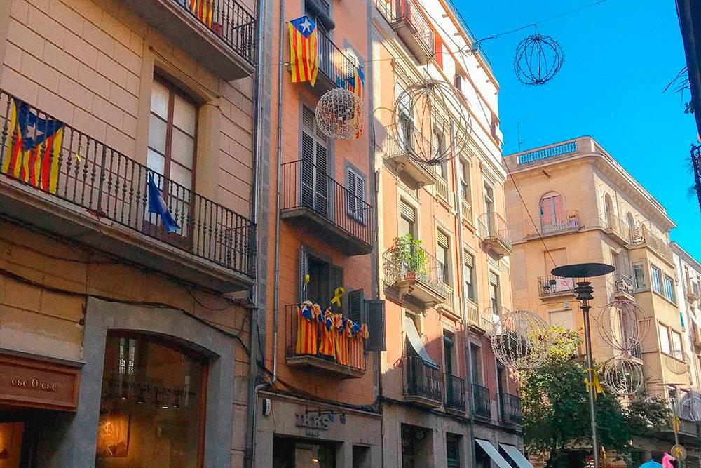 Националистические флаги на улицах Жироны — самого сепаратистски настроенного города в Каталонии. Но к туристам местные относятся дружелюбно