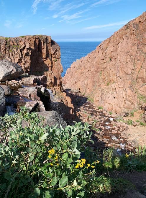 В августе водопад напоминает скорее ручей, хотя падает с высоких скал