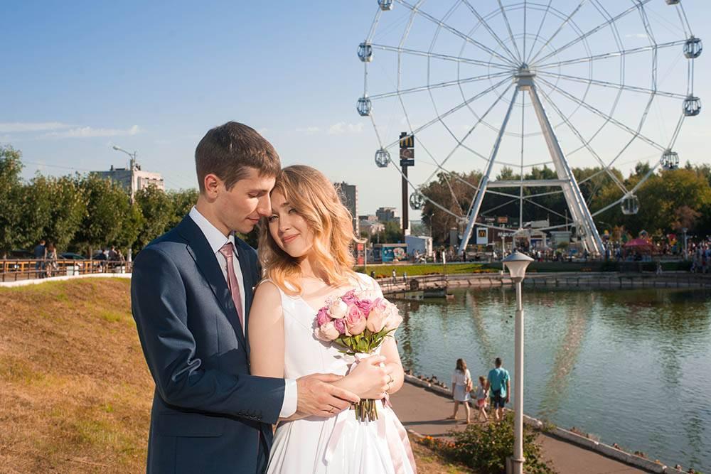 Фото с моей свадьбы. На фоне — чертово колесо. В нескольких десятках метров от него, как ни странно, есть еще одно. Фото: Екатерина Макарова