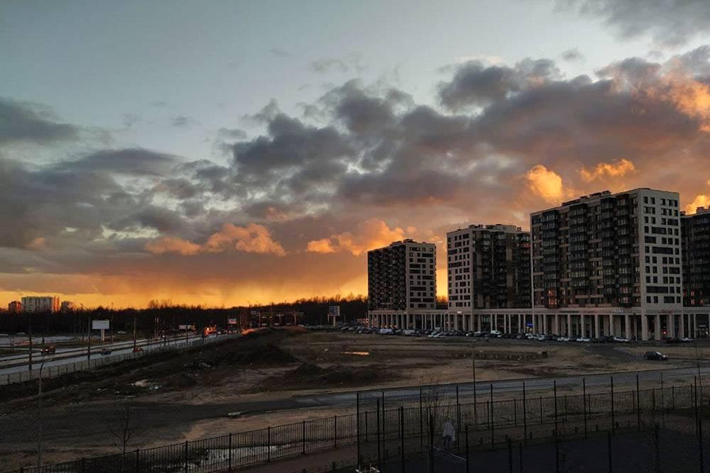 Правда, в Москве я редко видела такие закаты. Это вид из окна нашей съемной квартиры