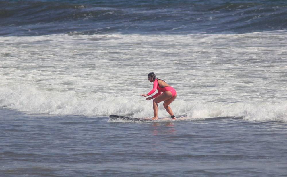 Практически у всех получается встать на серф на первом же уроке пены. Это снимок ученицы серф-школы на Бали