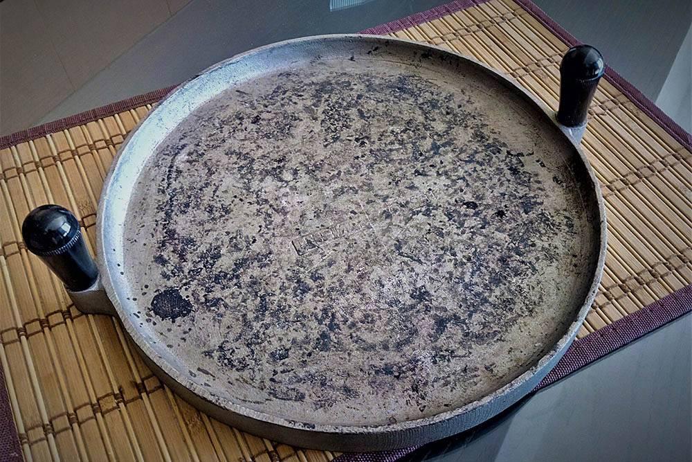 Такой чугунный блин с ручками для приготовления торта-аль-тесто есть дома почти у каждой перуджинской хозяйки. Его называют «тесто»