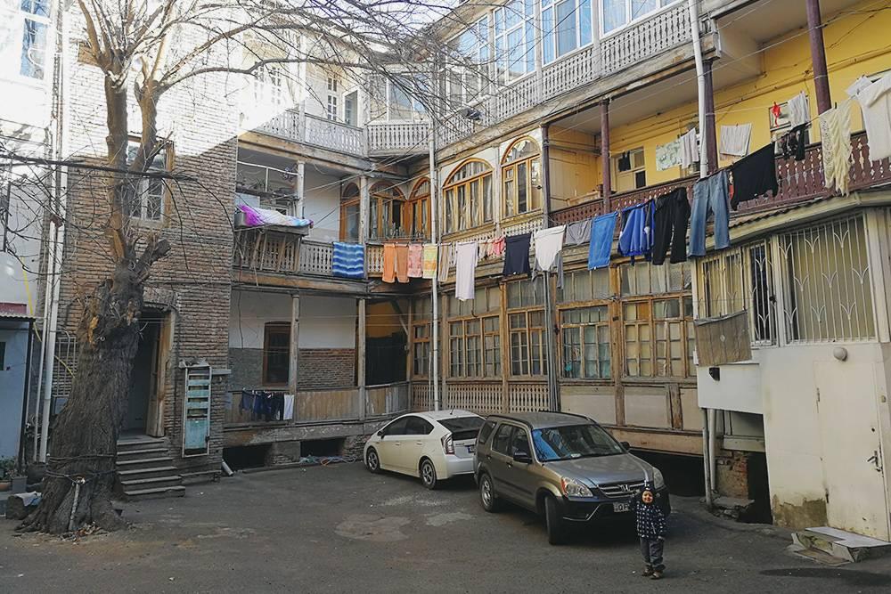 В Тбилиси часто сдают квартиры в традиционных грузинских домах с деревянными галереями и итальянским двориком. Ванная комната и туалет там могут находиться на этаже отдельно от квартиры