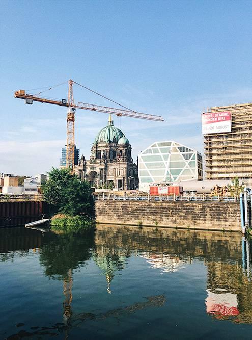 Перед Берлинским кафедральным собором разбит парк Люстгартен с видом на реку Шпрее. Это очередное место, где местные и туристы устраивают пикники
