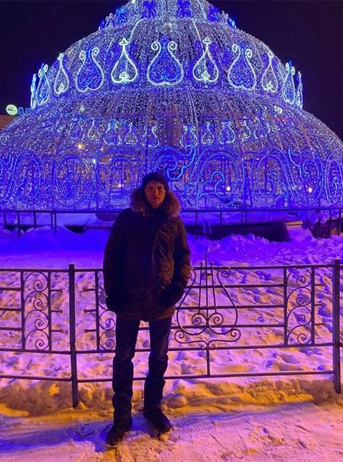 В центре площади, на месте фонтана, зимой делают световую инсталляцию в виде бриллианта. Для фото с ним выстраивается огромная очередь