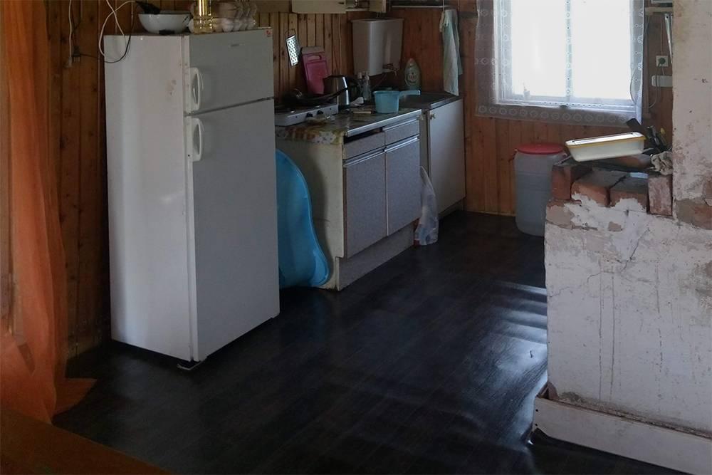 Временно мы положили на бетонный пол старые доски и постелили линолеум. С таким полом мы прожили два года