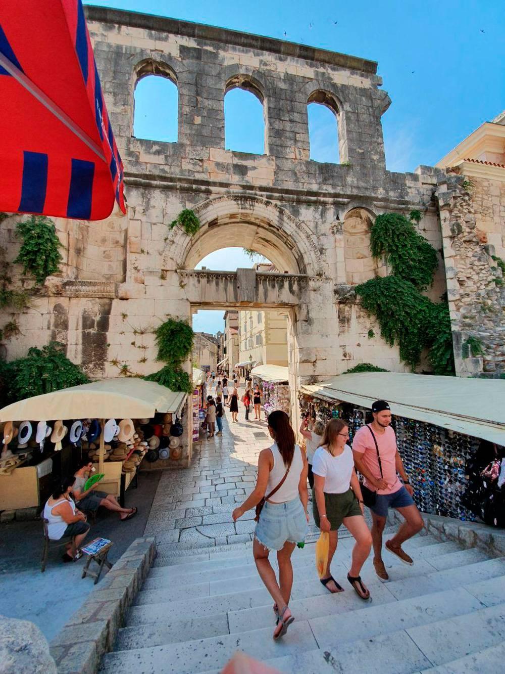 Эта стена осталась от дворца Диоклетиана. Старый центр Сплита построен в нем и вокруг него
