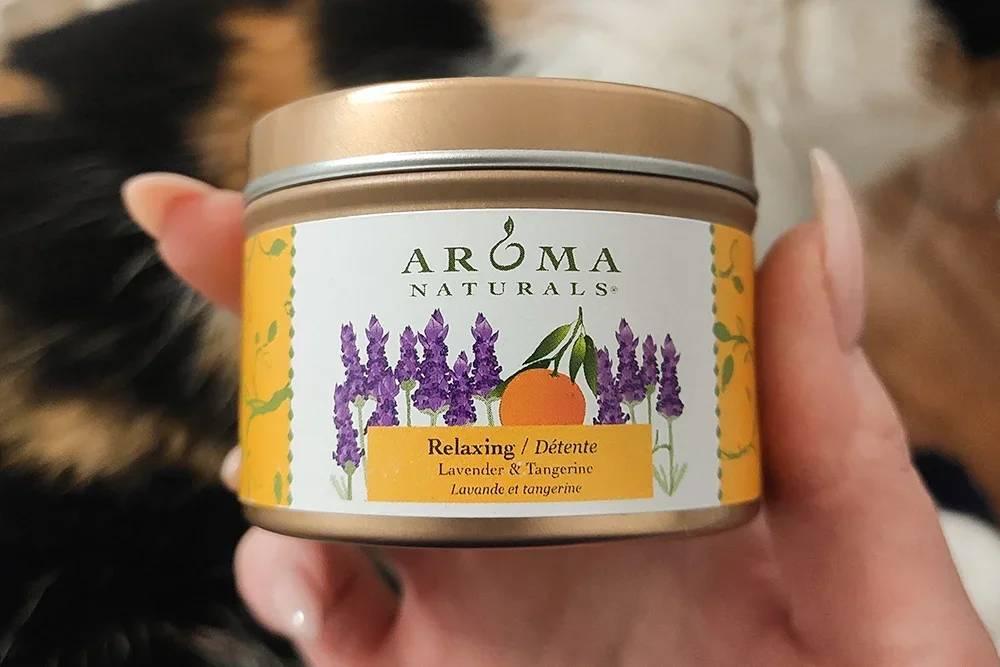 Свеча с запахом лаванды и мандаринов. Ее растопленный воск можно использовать длямассажа, но на практике я такое еще ни разу не пробовала