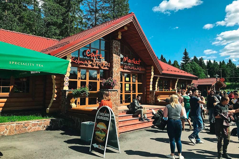 В кафе «Колмас-бургерс» есть магазин с сувенирами, цены начинаются от 100<span class=ruble>Р</span>