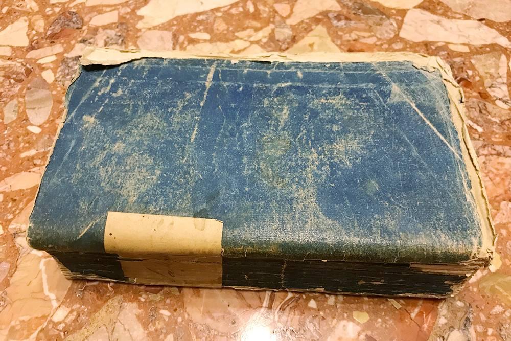 Так выглядит старая книга в первозданном виде, безреставрации и замены переплета. Это «Генриада» Вольтера 1771 года издания