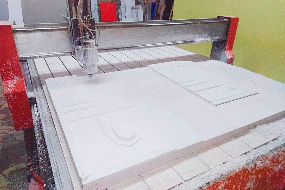 Детали длямакета сначала вырезают на фрезерном станке, потом окрашивают и после этого склеивают