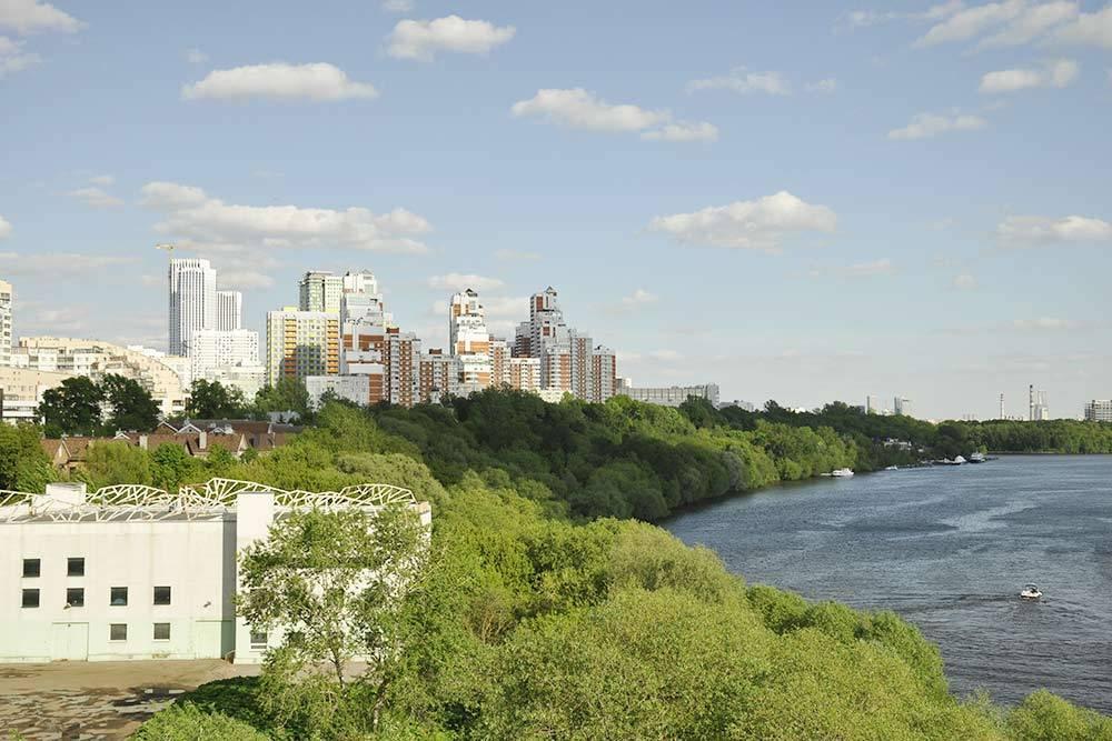 Вид на район с Живописного моста