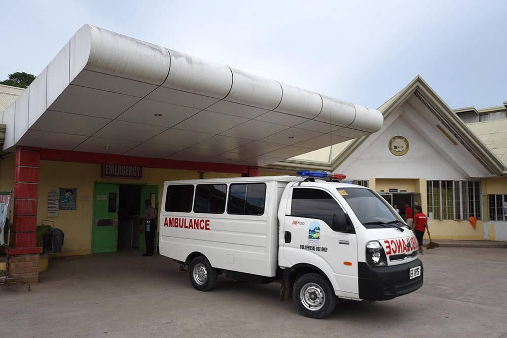Машина скорой помощи рядом с госпиталем