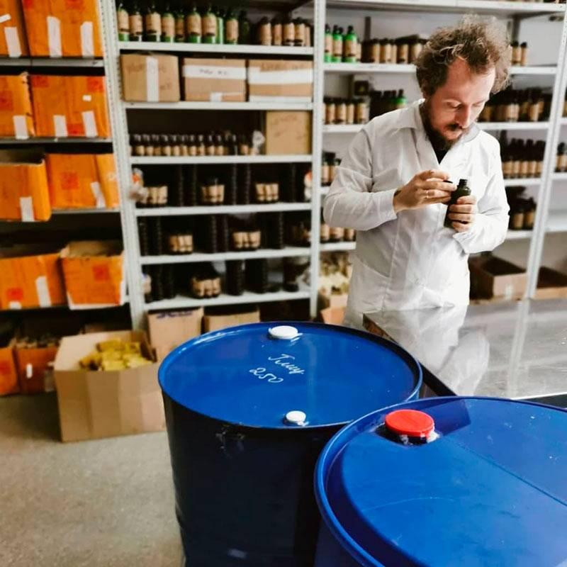 Зона хранения готовой продукции и бочки с сырьем, которые не успели поставить на место. Первое помещение в Петербурге
