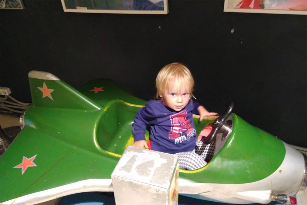 Этому самолету почти 40 лет, он потрепан, но дочке всеравно понравилось на нем кататься