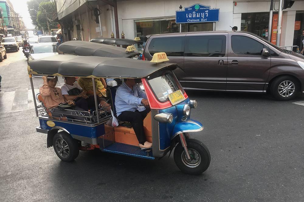 Так выглядит классический трехколесный тук-тук в Бангкоке