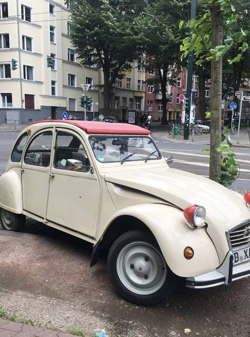 Такие раритетные автомобили порой до сих пор ездят по городу