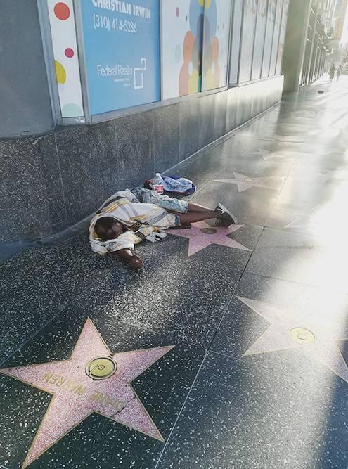 Гуляя ранним утром по Лос-Анджелесу, мы практически на каждом углу встречали бездомных. Эти ребята спали прямо на Аллее Славы. Проходившая мимо американка сделала мне замечание, что я фотографирую бездомных