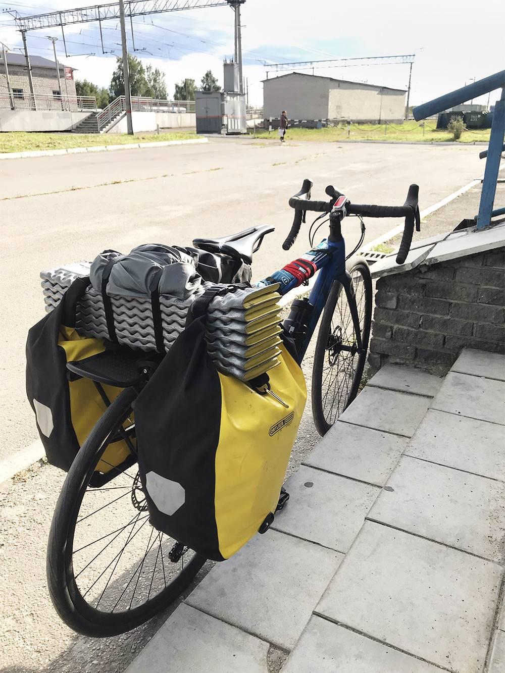 Мой велосипед с сумками. Каждая весит 4 кг