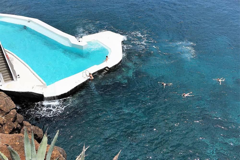 Отель Albatroz Beach & Yacht Club на Мадейре мы сняли на сутки перед вылетом из-за этого бассейна с соленой водой у Атлантического океана. Температура воды в бассейне — +18°С. Источник: Albatroz Beach & Yacht Club / Booking.com