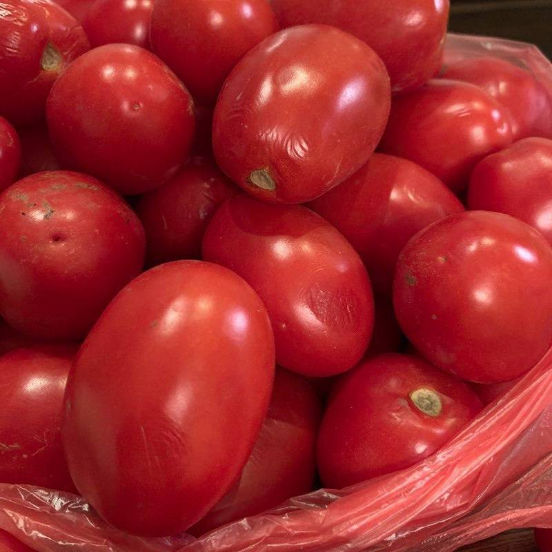 Тонкая кожица — признак того, что томат спелый. Однако некоторые в этой партии уже помятые и морщинистые: они перезрели и начали подгнивать. Лучше такие не покупать