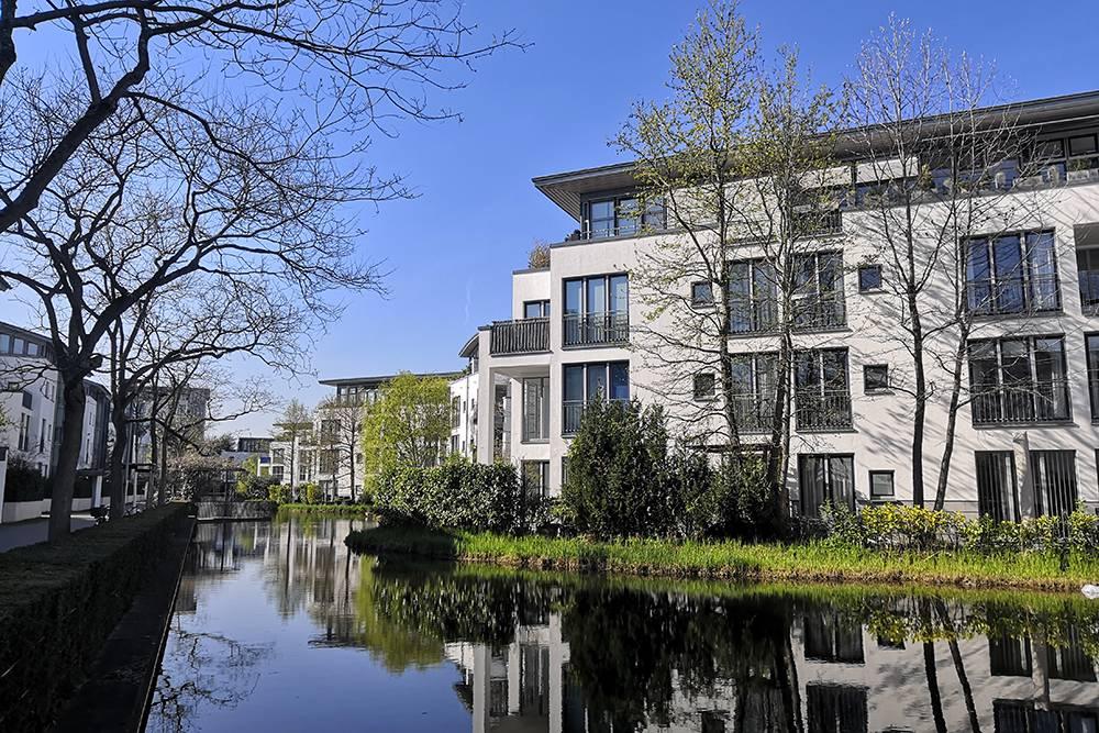 Это дорогой жилой комплекс в районе Линденталь. Отсюда красивый вид на реку