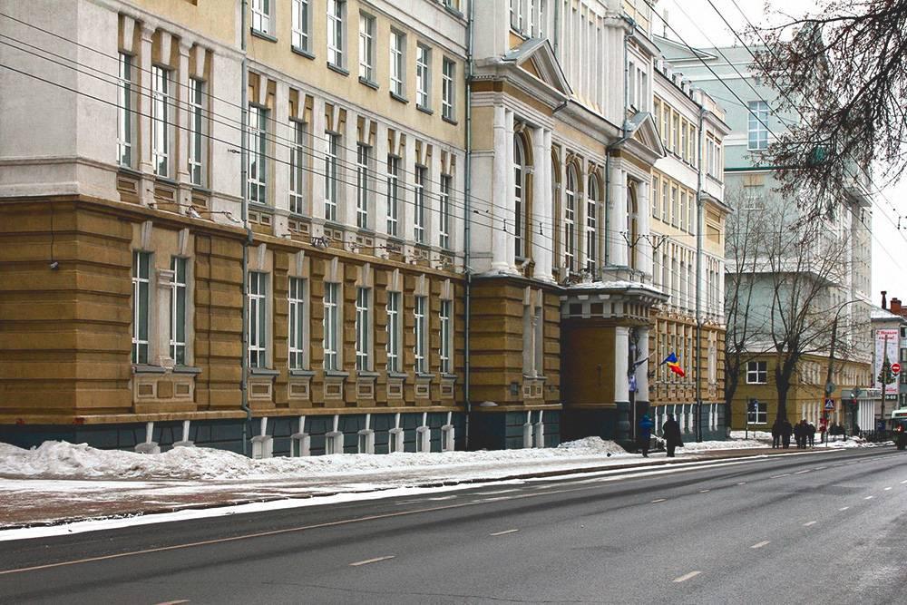 КГУ находится в самом центре города, на улице Радищева. Здание главного корпуса было построено еще в 1901 году