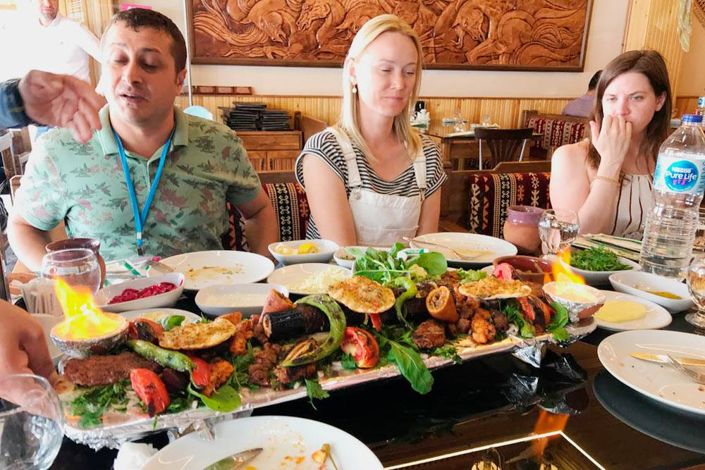 На еду в&nbsp;местных ресторанах мы&nbsp;тратили в&nbsp;среднем по 25—30€ (2275—2730<span class=ruble>Р</span>) на&nbsp;человека: брали много овощей, зелени, сыров, мясо и&nbsp;питы, приготовленные на&nbsp;огне, иногда заказывали вино