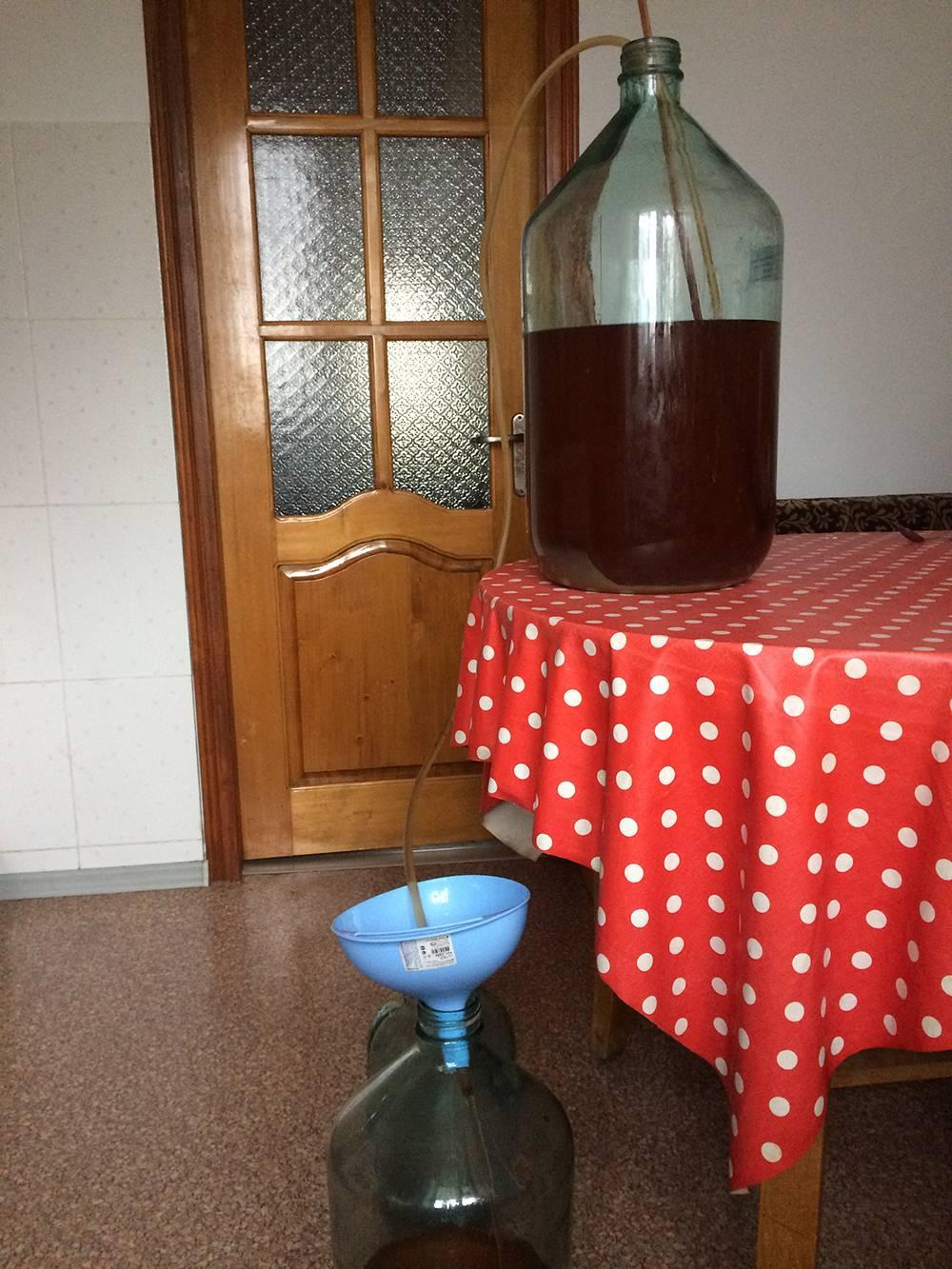Вот такое приспособление позволяет перелить вино и не затронуть осадок