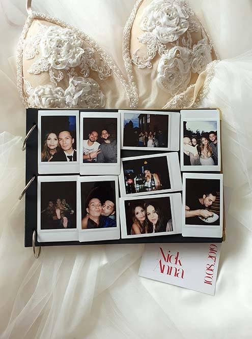 На нашу свадьбу друзья принесли с собой фотоаппарат моментальной печати Fujifilm Instax — получились живые и атмосферные фото, которые мы потом вклеили в свадебный альбом