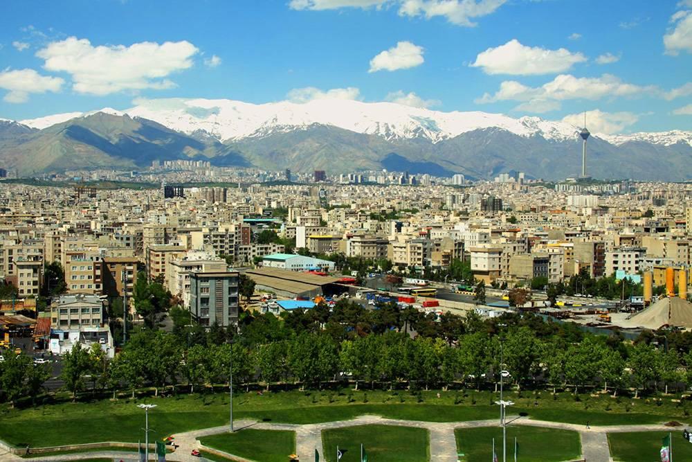 Со смотровой площадки видна площадь, город и горы