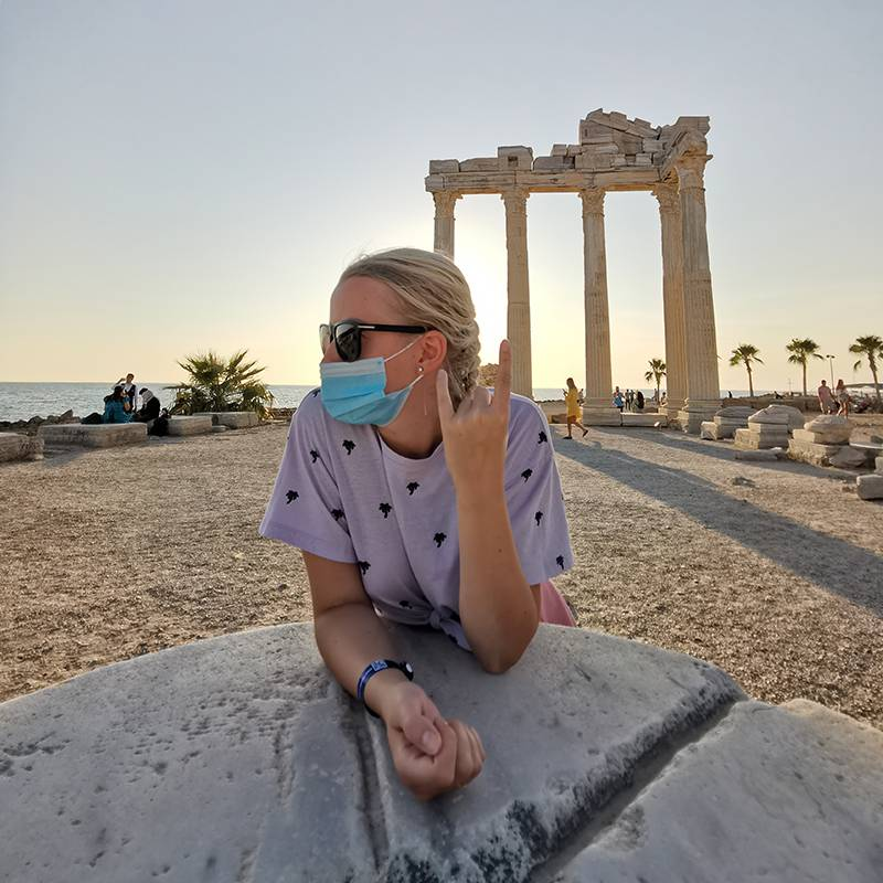 Супруга на фоне храма Аполлона. Во всех публичных местах, кроме пляжей, приходилось ходить в масках