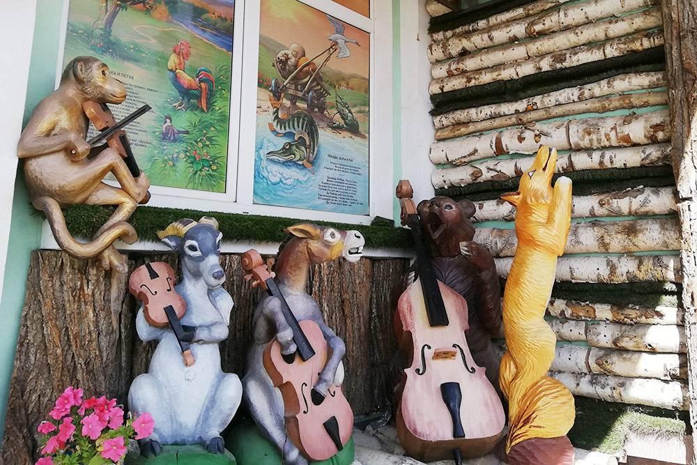 «Проказница-Мартышка, Осел, Козел да косолапый Мишка» из басни Крылова «Квартет». Рядом с ними — Лиса из другой басни. Ворона с сыром тоже тут есть, но они в кадр не вошли