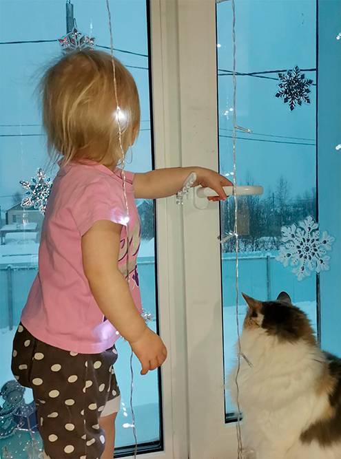 Пластиковая гребенка фиксирует створку окна в приоткрытом положении, но дети безтруда могут скинуть ее. Замок с ключом надежнее