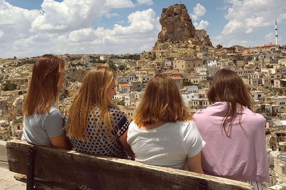 Вид наглавную оборонительную башню Каппадокии вгороде Ургюп. Мысделали остановку дляфото, авсаму башню поднялись вдругой день — ради красивого вида