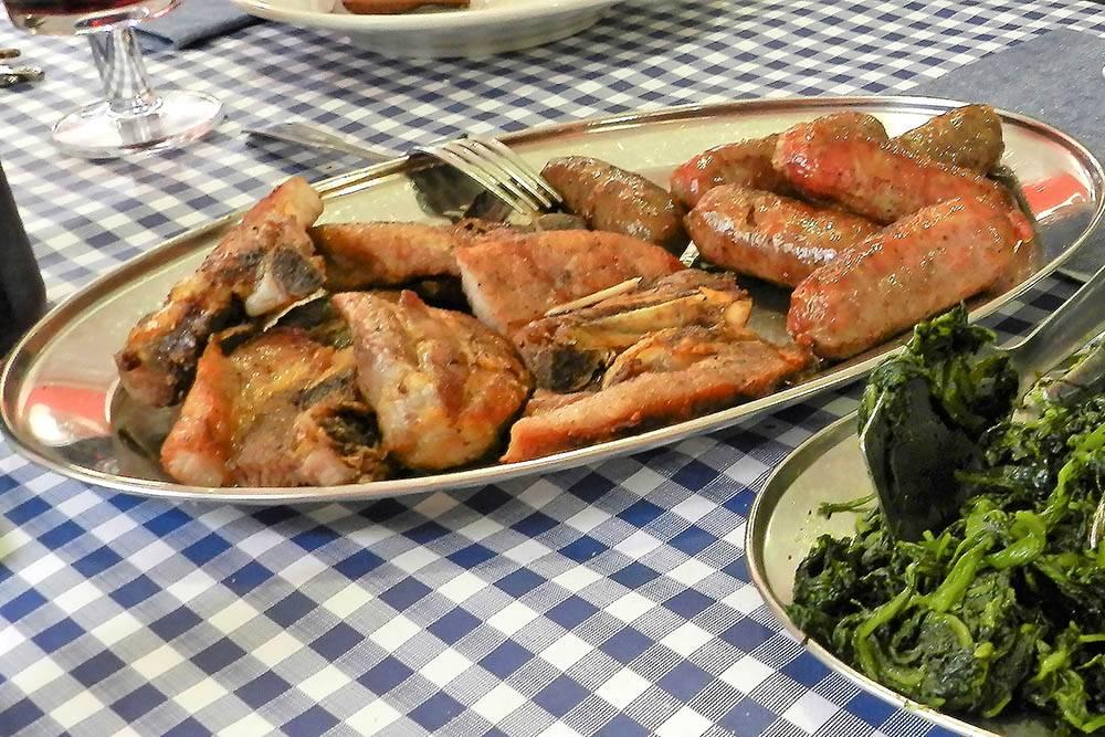 Грильята миста — разные виды мяса на гриле со шпинатом