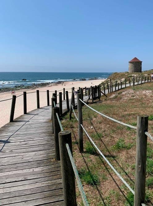 Деревянные настилы вдоль пляжей помогают сохранить песчаные дюны