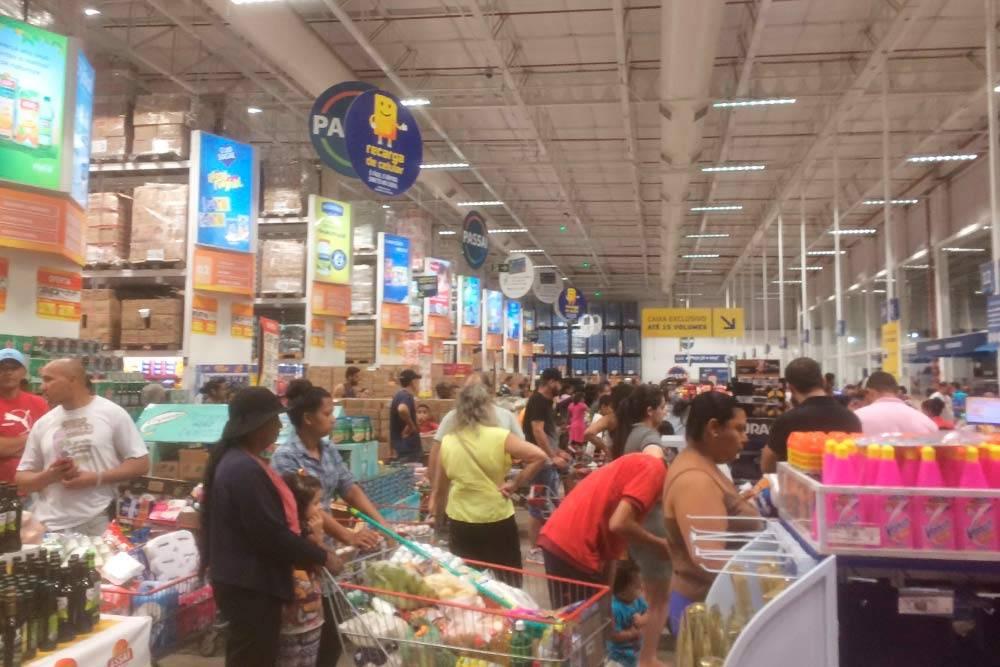 В супермаркетах повечерам скапливались большие очереди
