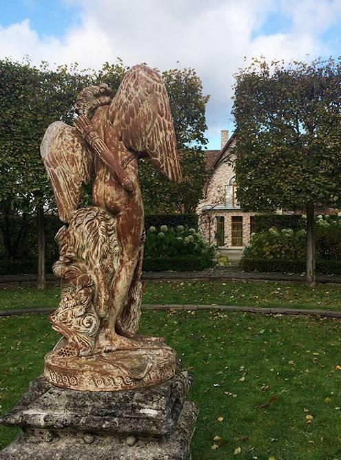 На территории парка много интересных скульптур