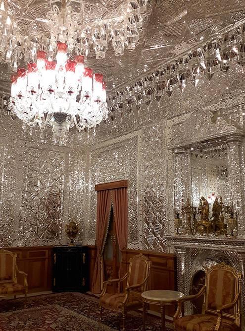 Зеркальная комната сделана по образу одного из залов дворца Голестан. Зайти внутрь не получится, разрешают только фотографировать
