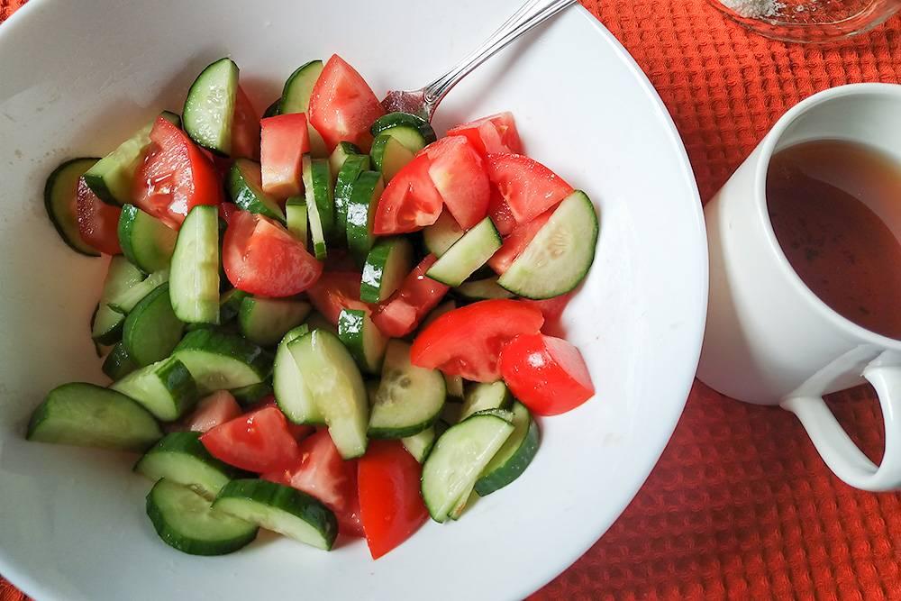На завтрак готовлю салат из огурцов и помидоров, пью чай, не забываю витамины
