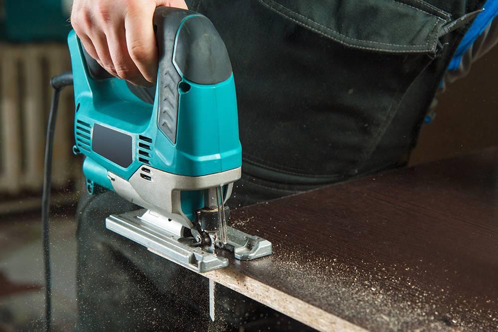 С электролобзиком работа пойдет быстрее, но отрезы ножовкой будут качественнее и ровнее. Фото: yanik88 / Shutterstock