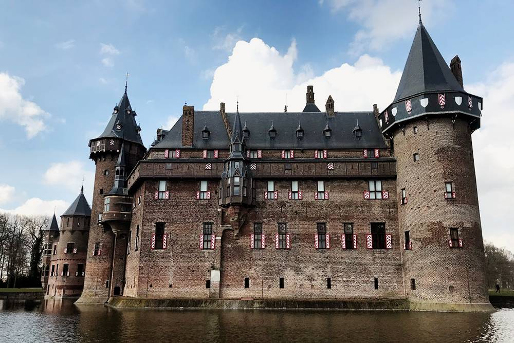 Мы любим ездить на машине по соседним городам. Например, ездили в замок де Хаар в пригороде Утрехта в 196 км от Гронингена