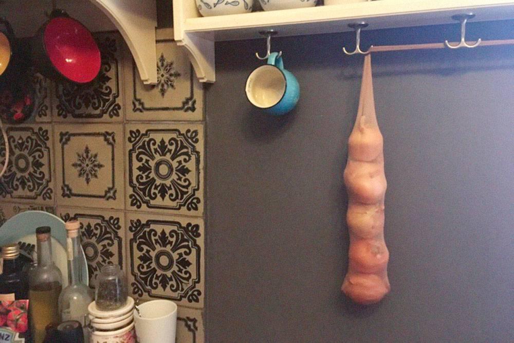 В каждой половине колготок комфортно помещаются 5—6 луковиц