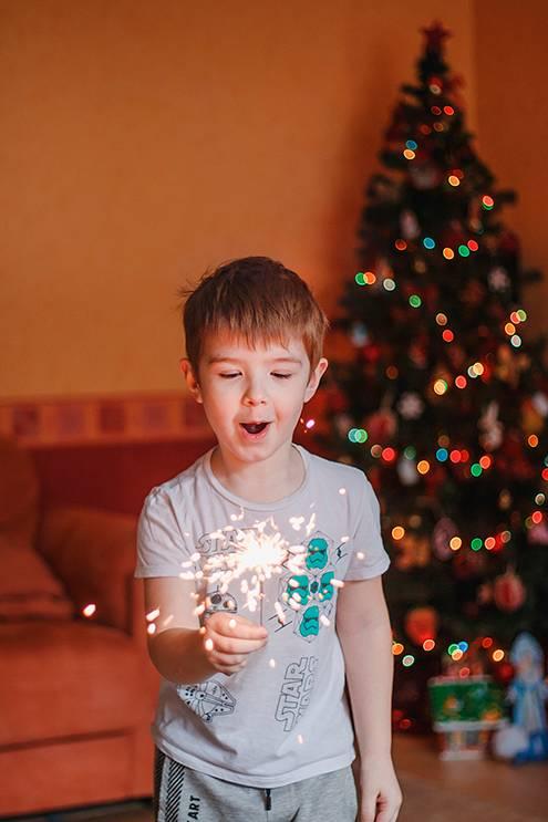 Наэтом снимке есть красивые огоньки, новогодняя атмосфера инастоящие эмоции. Нофутболка срисунком иштаны слампасами всепортят. Кадры былибы гораздо лучше, еслибы ребенок надел джинсы иджемпер сновогодним орнаментом