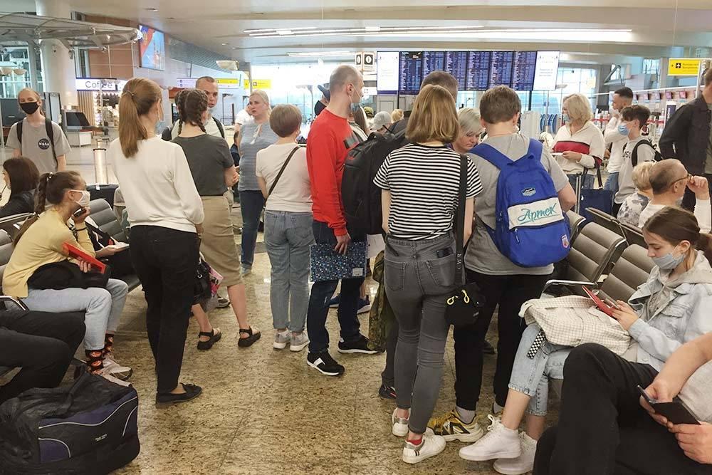 Сбор детей в аэропорту. В группе было 10—12 человек